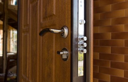 הקשר בין דלתות פנים לדלתות מטבח