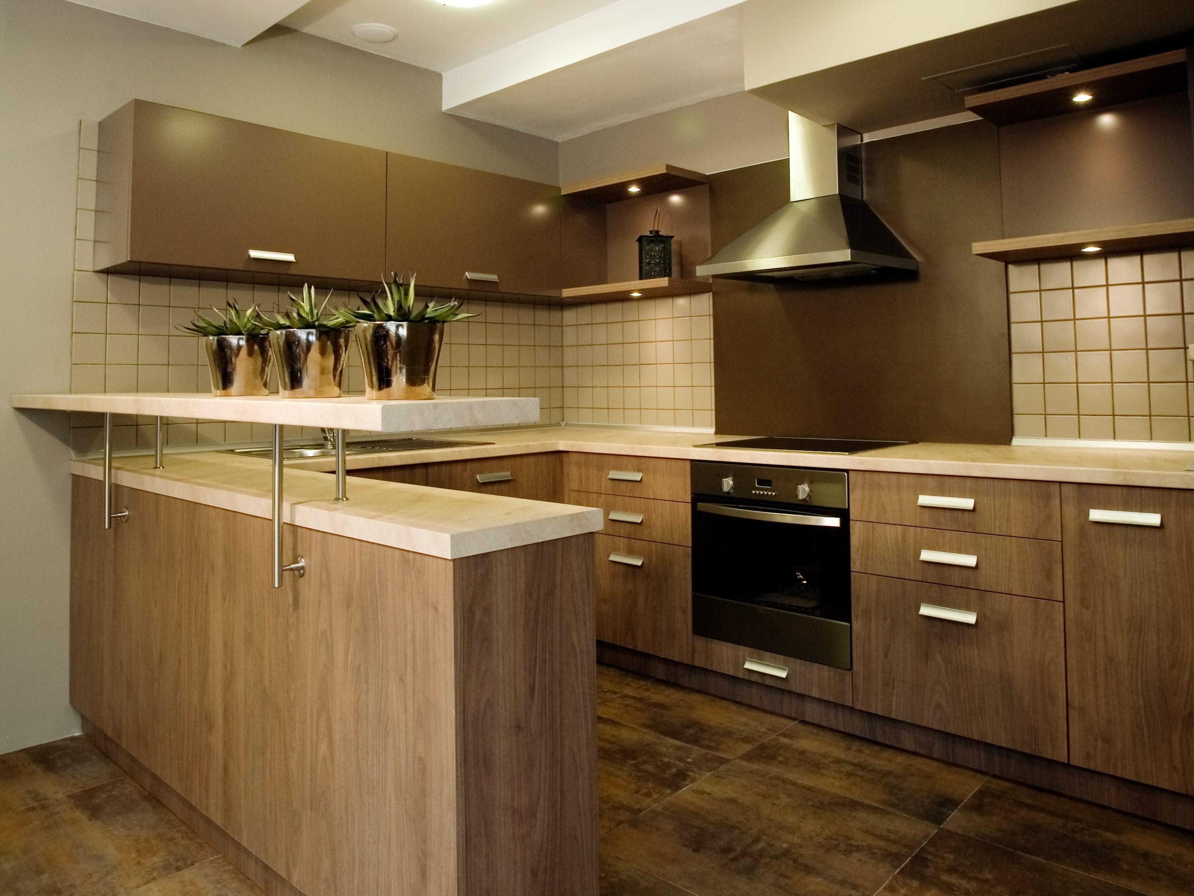מגע חום עמוק בארונות מטבח